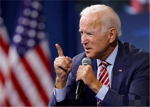 拜登又掉链子!4月1日上飞机差点再摔倒,哈里斯或成美国新总统