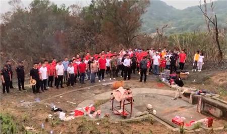 广东一家人清明扫墓带大批人鞠躬祭拜 墓前一幕让人当场震住